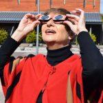 Mujer observando eclipse